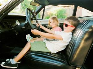 Cậu bé 8 tuổi học lái xe ôtô trên YouTube, chở em gái đi ăn