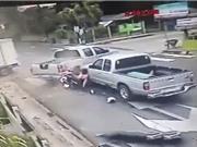 Xe hơi lấn đường bị tông nát bét, 2 xe máy tông nhau tóe lửa trong đêm