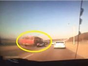 Clip: Lấn đường, xe hơi bị tông nát bét