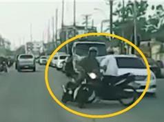 Clip: Bị che khuất tầm nhìn, hai xe máy tông nhau trên đường