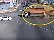 Clip: Vượt đèn đỏ, xe ben tông nhau, ô tô bị vạ lây