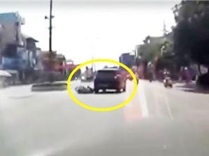 Clip: Người phụ nữ gặp tai nạn vì... áo chống nắng