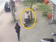 Clip: Hai mẹ con gặp tai nạn chỉ vì... dừng xe quên tắt máy