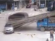 """Clip: Người tài xế xe hơi gặp tai nạn vì lý do """"trời ơi"""""""