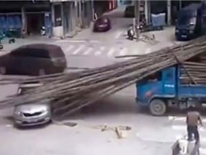 """CLIP HOT NHẤT TRONG NGÀY: Tài xế xe hơi mắc tai nạn """"khó đỡ"""", sư tử truy sát hà mã"""