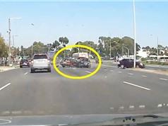 Clip: Xe hơi phóng nhanh tông liên tiếp 3 ôtô