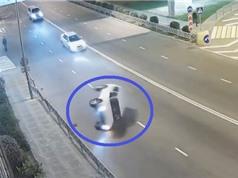 Clip: Ôtô đâm vào lan can, lật nhào và cái kết bất ngờ