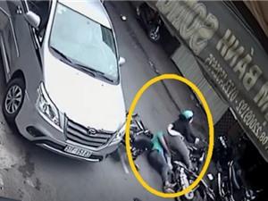 Clip: Chiếc Toyota Innova mở cửa bất cẩn, gây tai nạn kinh hoàng ở Sài Gòn