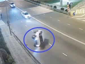 CLIP HOT NHẤT TRONG NGÀY: Ôtô lật nhào trên đường, sư tử giết voi