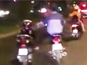 Clip: Thanh niên 1 mình lái 2 xe máy ở TPHCM