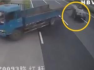 Clip: Xe tải chở sắt gây tai nạn thảm khốc cho ô tô