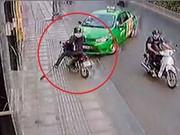 CLIP NHỮNG TAI NẠN GHÊ RỢN NHẤT TUẦN: Ôtô tông xe máy văng gần 100m, lọt gầm xe vẫn thoát chết