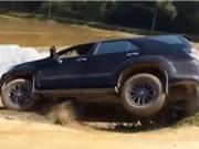 Clip: Xe Toyota Fortuner lật nhào xuống ruộng