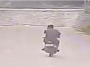 Clip: Suýt bỏ mạng vì phóng xe máy qua đường ray