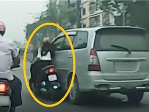 Clip: Toyota Innova tông ngã cô gái giữa đường rồi thản nhiên bỏ chạy