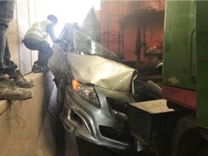 Clip: Ôtô bị xe tải đâm nát và cái kết khó tin