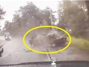 Clip: Ôtô bị xe tải va nát đầu, tài xế vẫn thoát chết thần kỳ