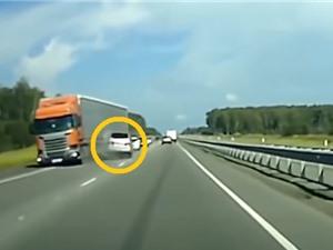 Clip: Tài xế ô tô trả giá vì… ngủ quên khi tham gia giao thông