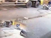 CLIP HOT NHẤT TRONG NGÀY: Chết thảm vì cố vượt xe tải, ngựa tấn công cá sấu