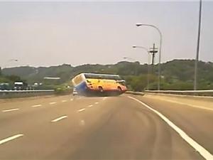 Clip: Vụ tai nạn xe khách khiến 1 người chết, 39 người bị thương