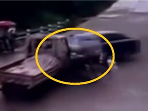 Clip: Xe ba gác bị kẹp giữa xe tải và ô tô