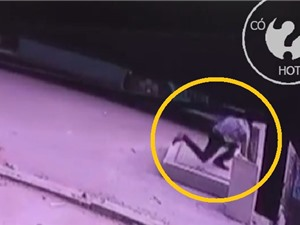 Clip: Người đàn ông tử vong chỉ vì... chạy đón xe buýt