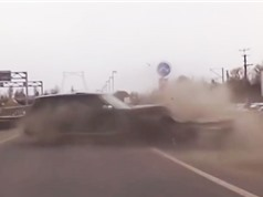 Clip: Xe Range Rover gặp tai nạn khủng khiếp vì tài xế thiếu tập trung