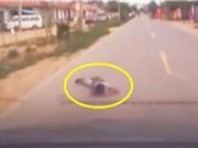 Clip: Ôtô tông bé trai lăn lộn trên đường