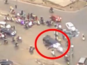 Clip: Kinh hoàng cảnh Toyota Camry đâm hàng loạt người tại Hà Nội