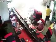 Clip: Ôtô lao vào quán internet ở Hà Nội, 2 người bị thương