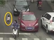 Clip: Qua đường một mình, bé gái may mắn thoát chết dưới gầm ô tô