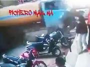 Clip: Xe bồn mất phanh lao, tông 2 người đi xe máy