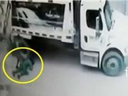 CLIP HOT TRONG NGÀY: Xe rác đâm chết người, cá sấu bò vào bể bơi săn người