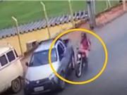 Clip: Người điều khiển xe máy sống sót thần kỳ sau vụ tai nạn khủng khiếp