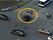Clip: Ô tô vượt đèn đỏ gây tai nạn thảm khốc cho người đi đường