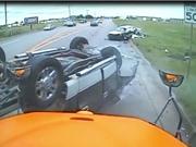 """Clip: Ôtô """"đấu đầu"""" xe bán tải, 3 người bị thương"""