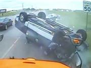 """CLIP HOT NHẤT TRONG NGÀY: Ôtô """"ngửa bụng"""" vì đối đầu xe tải, cá mập trắng giết hải cẩu"""
