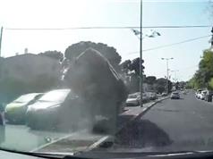 Clip: Xe Audi gặp tai nạn, bốc cháy trên đường