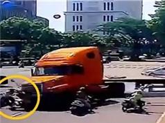 Xe container lao vào người dừng đèn đỏ, 2 ôtô đâm nhau nổ tung trên đường