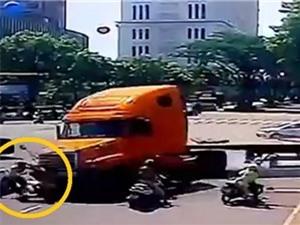 CLIP NHỮNG TAI NẠN GHÊ RỢN NHẤT TUẦN: Xe container lao vào người dừng đèn đỏ, 2 ôtô đâm nhau nổ tung trên đường