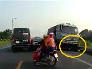 Clip: Xe ben lấn làn gây tử vong cho 2 người đi xe máy