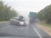 Clip: Ôtô nát bét sau pha tông nhau với xe đầu kéo