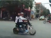 Clip: Học sinh suýt tử nạn vì chạy xe đạp điện vượt đèn đỏ