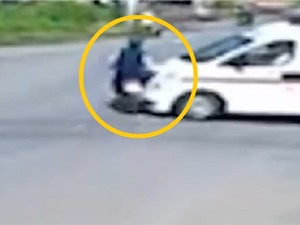 Clip: Xe cứu thương tông thanh niên văng cả chục mét