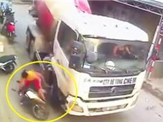 Clip: Xe trộn bê tông cố tình chèn ngã 2 mẹ con ở Hà Nội