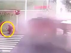 Clip: Phản ứng cực nhanh, người phụ nữ thoát chết sau tai nạn kinh hoàng