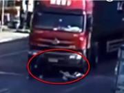Clip: Thoát chết kì diệu dưới gầm xe container