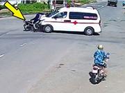 """CLIP HOT NHẤT TRONG NGÀY: Xe cứu thương gây tai nạn kinh hoàng, sư tử đòi """"xơi tái"""" ôtô"""