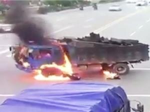 Clip: Xe máy tông xe tải, cả hai bốc cháy nghi ngút ở ngã tư