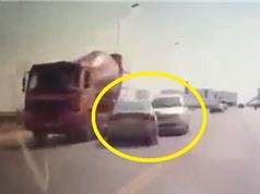 """Clip: Ôtô """"đấu đầu"""" như phim hành động trên cầu Vĩnh Tuy"""